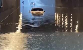 大雨灌高雄地下道 3車誤闖險滅頂 駕駛驚險逃生畫面曝光