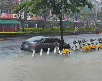 雨彈炸港都 汽車受困地下道幸順利救出