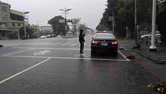 高雄豪雨成災 小港暖警徒手清排水孔