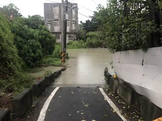 台南白水溪暴漲 瓦磘子側道路積水一度達86公分