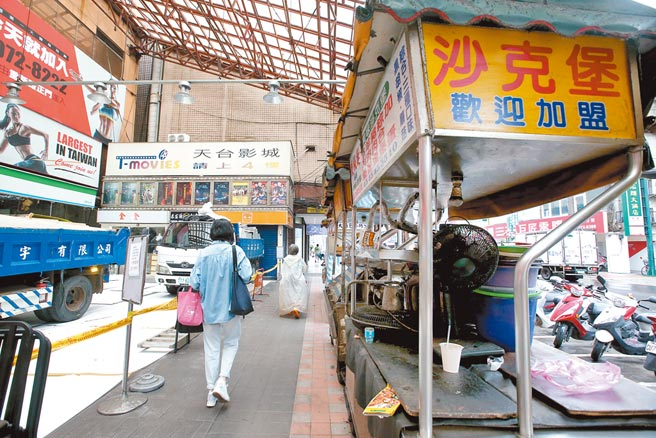 學者認為,以台灣民眾對疫情幾近「零容忍」的角度來看,餐飲、百貨最慘的狀況,恐怕會落在第三季。圖為小吃攤。(粘耿豪攝)