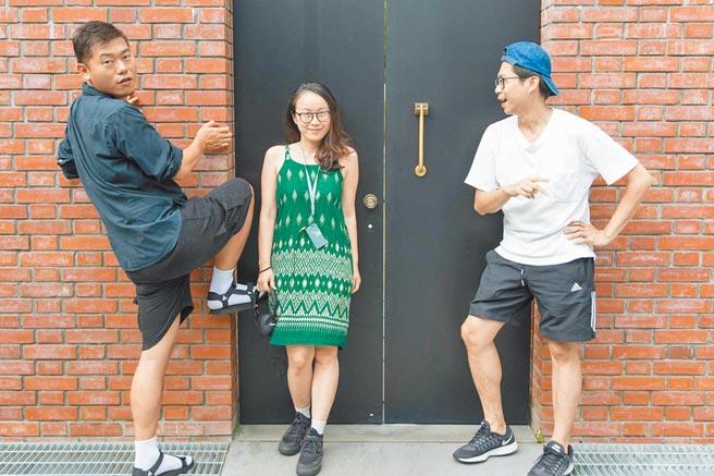 劇場人黃鼎云(左起)、洪千涵、張剛華發起藝術快遞活動,為觀眾客製化小作品。(明日和合製作所提供)
