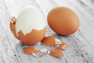 水煮蛋吃一半咬到硬殼 罕見真相曝網看傻:一屍兩命