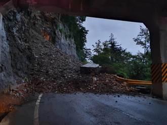 連日大雨中橫公路走山坍方 6米寬的路面遭大量落石覆蓋受阻