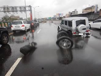 駕駛稱路面積水打滑 台74線連撞分隔島、路燈 輪胎也撞飛