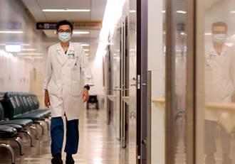 亞東紀念醫院副院長邱冠明:醫護零感染失守 我承認被打趴了