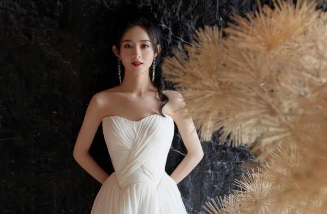 趙麗穎身穿白色抹胸紗裙,絕美出席粉絲活動。(圖/取材自趙麗穎工作室微博)