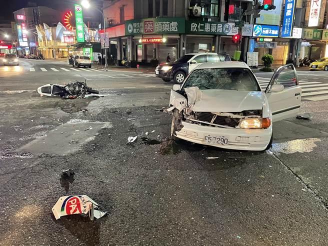 白色自小客車和重機相撞,左前車頭嚴重凹陷毀損。(翻攝畫面/石秀華高雄傳真)