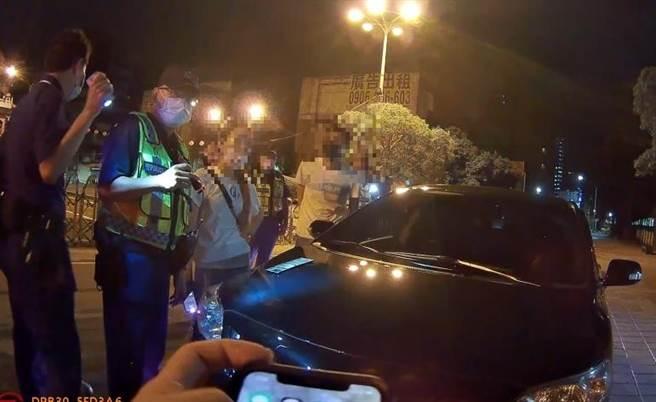 警方在三民區三鳳宮前查獲3男1女半夜聚集聊天,車上有吸食K他命的K盤。(翻攝畫面/石秀華高雄傳真)