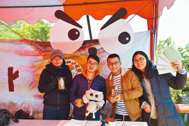 朝陽科技大學師生組成「桐林,讓我們一起飛翔」團隊,協助桐林社區行銷。(朝陽科大提供)