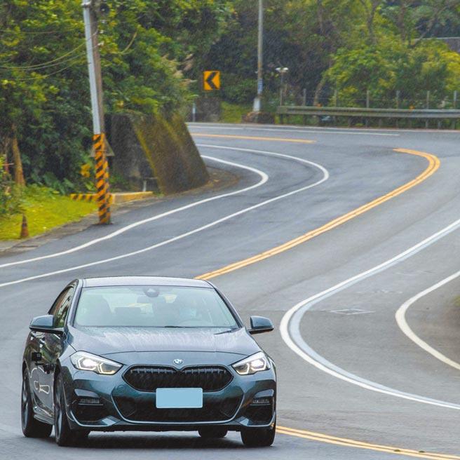 BMW 220i Gran Coupe Edition M帶有神秘感的運動風格,其0-100km/h加速僅需7.1秒,售價199萬元。(石智中攝)
