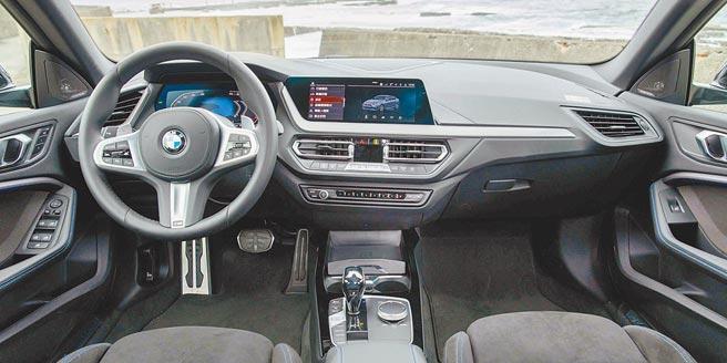 中控檯採幾何形排列設計,並以霧銀點綴,虛擬數位儀表及中控觸控螢幕皆為10.25吋。(石智中攝)