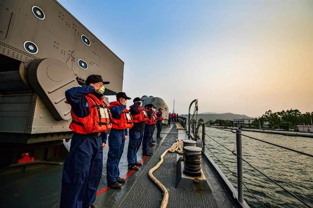 官兵載口罩操演,做好防疫。中華民國海軍臉書