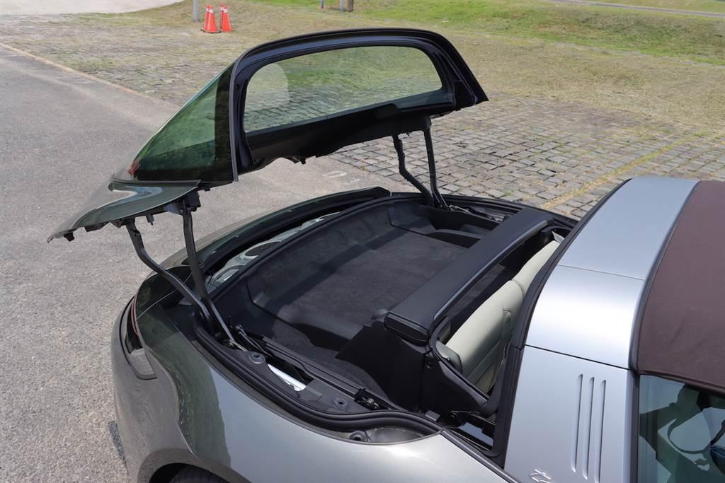 為了避免車頂作動時,後仰開啟的後窗碰撞後方車輛或物體造成損壞,後方停車測距輔助系統 (ParkAssist) 可在車頂開關時監測後方區域,若偵測後方40cm內有障礙物,系統便會響起警示音,提醒駕駛注意。