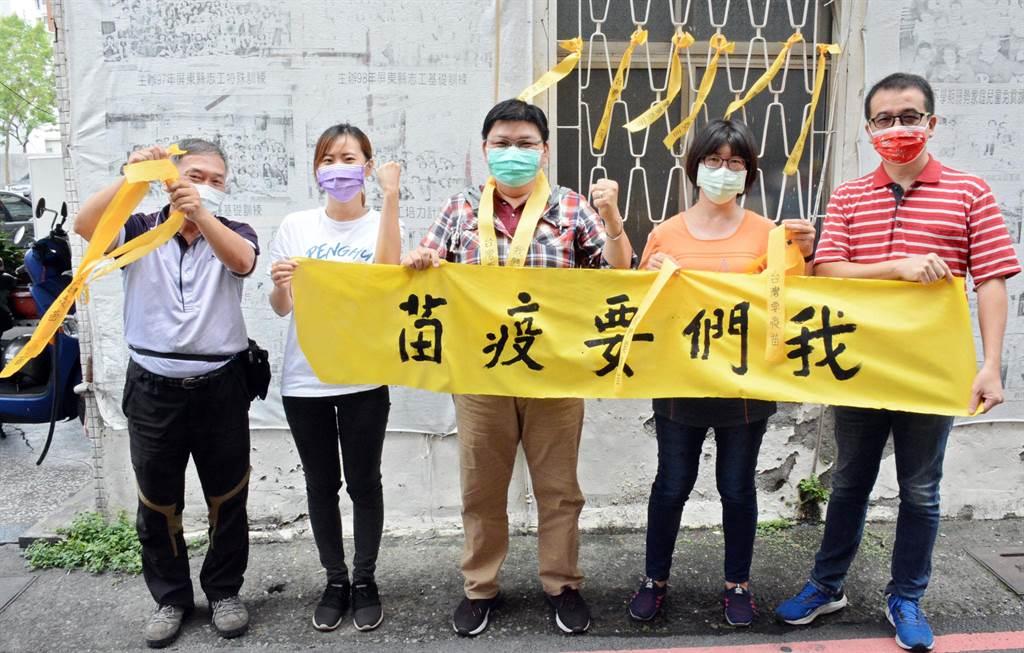 藍營民代發起綁黃絲帶運動,盼向中央喊話「我們要疫苗」。(林和生攝)