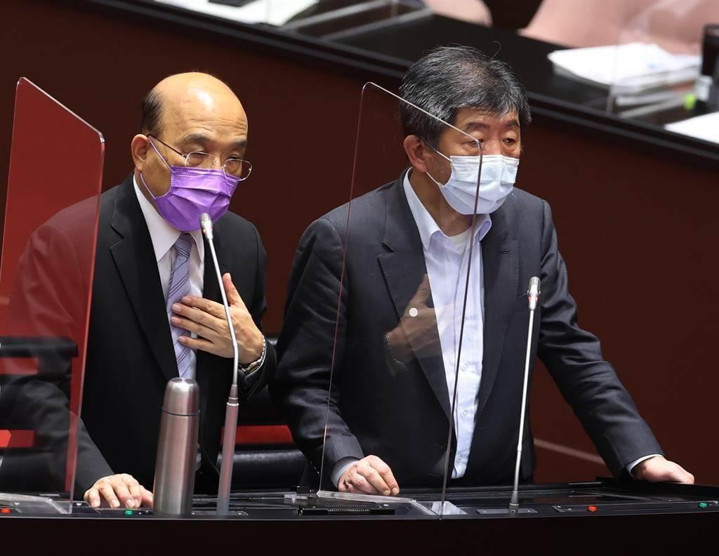 行政院長蘇貞昌(左)與衛福部長陳時中(右)雙雙對沒造顧好民眾,造成那麼多寶貴生命逝去,深感抱歉。(台北市攝影記者聯誼會提供)