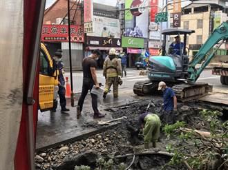 岡山文賢市場旁挖斷瓦斯管線 警方派人警戒