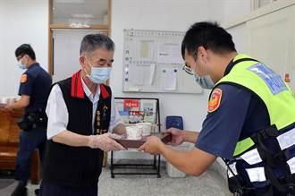 花蓮警局長化身外送員親送便當 外勤員警吃在嘴裡暖在心裡