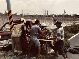 農民坐在車上喝水休息 突踩油門自撞電線桿