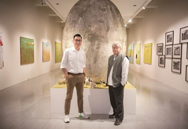 館長王俊傑與藝術家盧明德於個展「大遷徙」開展前,針對整體呈現做最後確認。(圖/台北市立美術館)