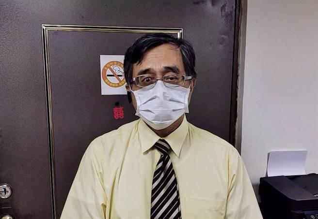 醫師江守山指出,審查委員臨時去職是重大警訊,已顯現出疫苗政策的錯誤。(攝影/陳盈臻)