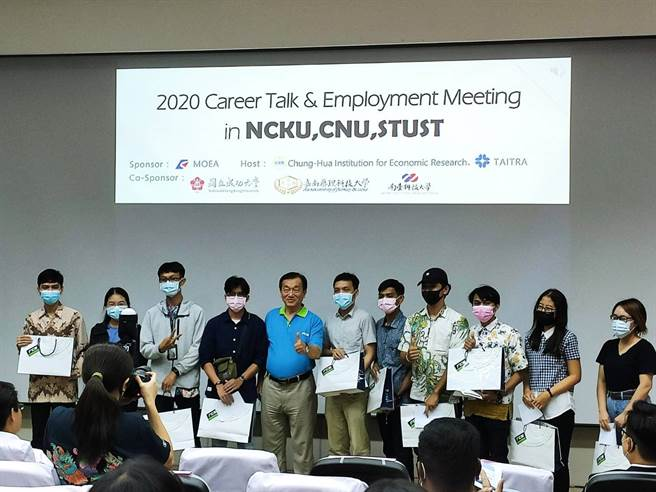 嘉南藥理大學首屆印尼產學合作國際專班的畢業生,參與徵才活動獲得業界青睞,超過60位同學已獲國內優質廠商聘任。(圖/嘉南藥大提供)