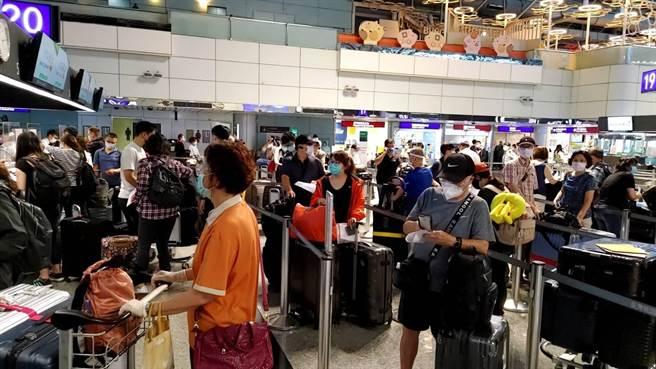 台灣疫苗短缺引爆逃難潮,近日赴美民眾大增。圖為桃園機場櫃檯。(資料照)