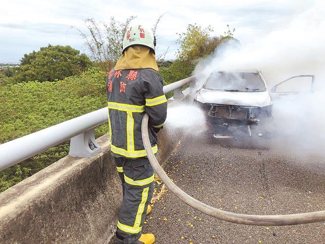 嘉市警局少年隊小隊長謝政安的公務車在路肩起火,消防人員滅火後救出謝,已燒成焦屍。(消防局提供)