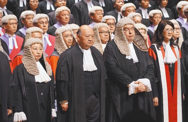 英國籍的香港終審法院非常任法官何熙怡表示,因為《香港國安法》的緣故,她不希望連任。圖為去年1月,香港法律年度開啟典禮在中環大會堂舉行。前排左二為香港終審法院首席法官馬道立。(中新社)