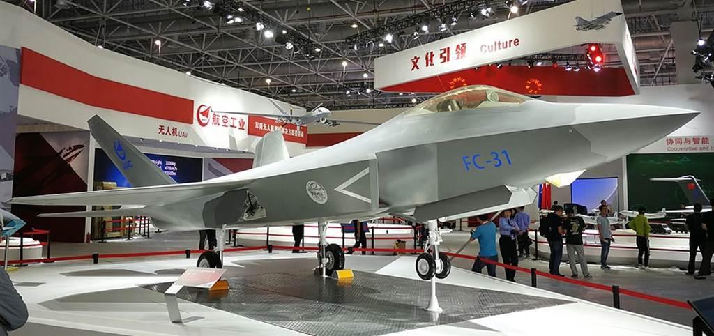 专家认为,FC-31「鹘鹰」战机是中方航母舰载机的好选择,图为展示的「鹘鹰」战机模型。(环球时报)