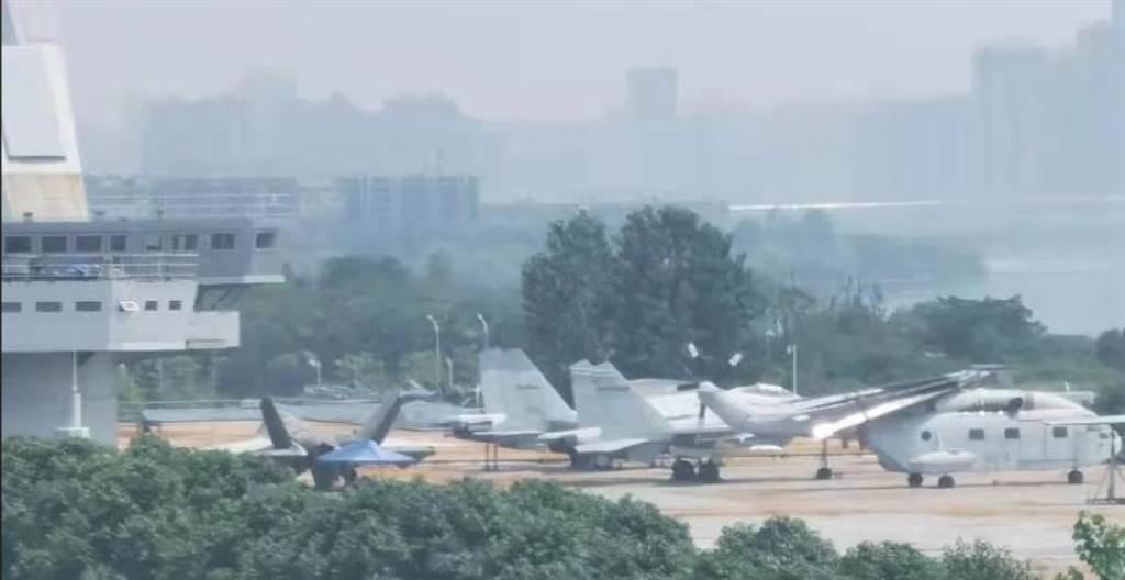 武汉航母楼上出现了FC-31舰载机原型(照片左下方)。(网路)