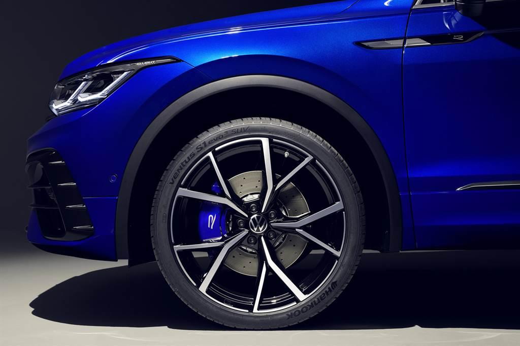 Tiguan R擁有多項R專屬細節,包含R專屬藍色剎車卡鉗、R專屬雙邊四出尾管、標配21吋Estoril鋁圈以及R式樣照地燈,展現濃烈運動化氛圍。