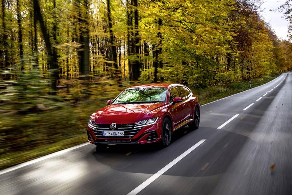 Arteon絕美外型成為道路上的目光焦點所在,其中380 TSI R-Line Performance車型更帶來強悍性能動力和精準操駕,充滿駕控樂趣。