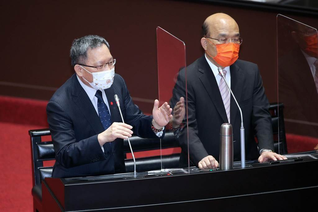行政院長蘇貞昌(右)、財政部長蘇建榮(左)在立法院備詢。(黃世麒攝)