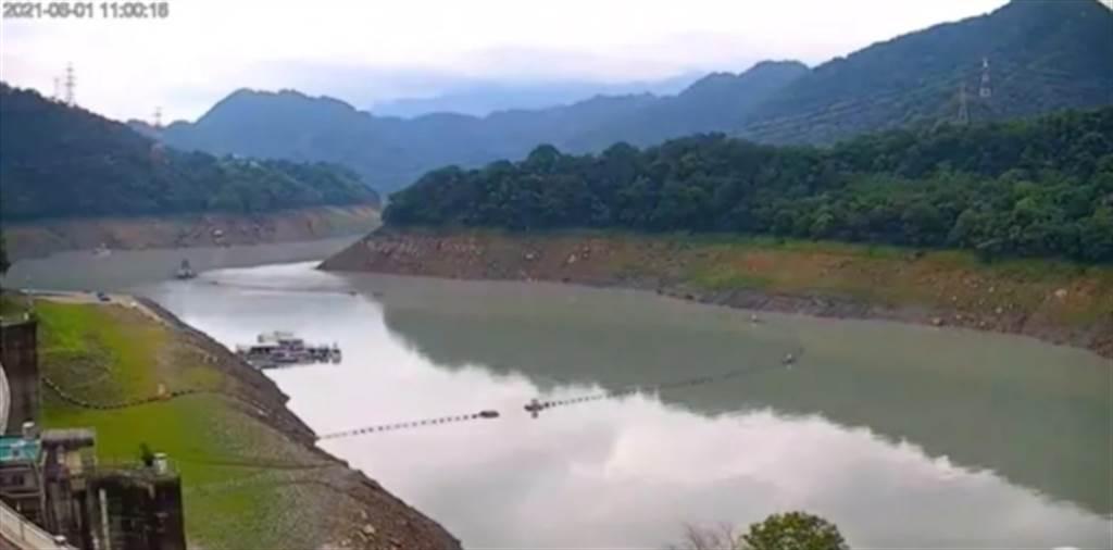 對比6月1日的水庫即時影像可看出,水壩旁還露出一大塊陸地。(圖截自桃園智慧旅遊雲 Taoyuan Travel / YouTube)