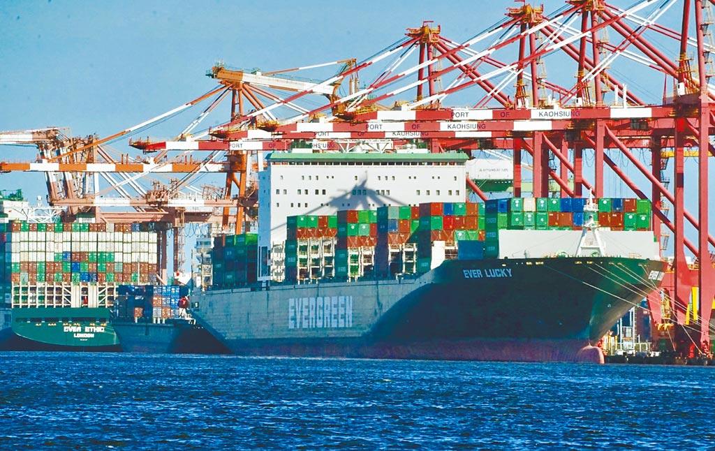 財政部8日公布5月出口374.1億美元,創歷年單月新高,年增38.6%,連續11個正成長;5月出、進口相抵後,出超61.6億美元,年增27.9%。(中央社)