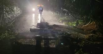 花蓮大雨不斷向陽步道坍方!近1公噸巨石橫躺路中 人車一度受困