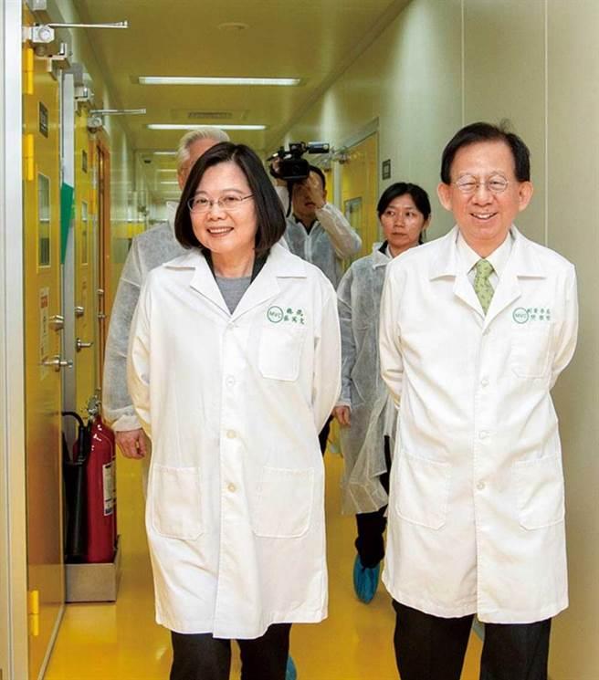 為推動國產疫苗,總統蔡英文去年2月訪視高端,也帶動該公司股價。(圖/總統府提供)