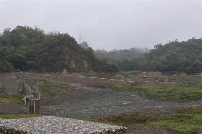 去年二期稻作灌溉結束後,白河水庫11月1日進入空庫期,同時啟動清淤工程。農水署嘉南管理處考量梅雨季到來,本月5日決定結束清淤、開始蓄水。(張毓翎攝)