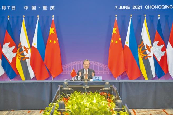 中國國務委員兼外長王毅出席紀念中國-東協建立對話關係30周年特別外長會,他說要強化與東協的疫苗生產合作。(新華社)