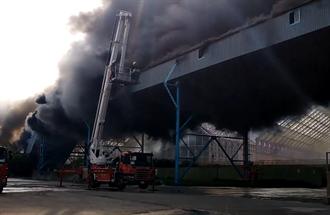 台中火力發電廠輸送帶起火延燒煤倉 鐵皮倉庫坍塌濃煙高竄駭人