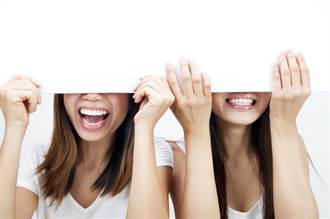 AV疫苗是真的 新冠接種站突播2女蕾絲片 全場羞紅臉