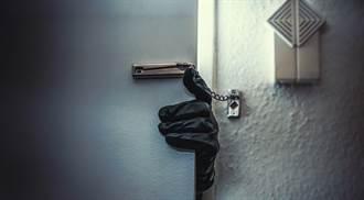 門口突傳開鎖怪聲 男探頭見小偷真面目笑翻:毛毛的