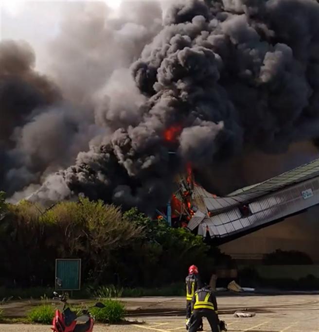 台中火力發電廠煤倉竄大火,濃煙遮蔽港區景況駭人。(翻攝臉書爆料公社)