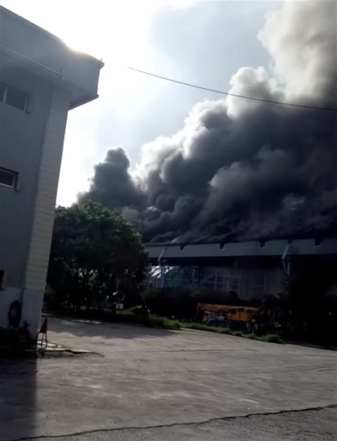 台中電廠周邊濃煙密布。(摘自顏寬恒臉書/林欣儀台中傳真)