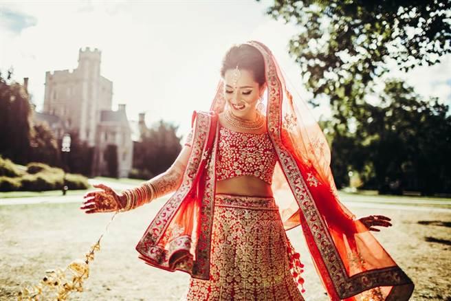 網路上瘋傳一段影片,一名風流老翁正舉行第37次婚禮,開心迎娶年輕貌美的新娘。(示意圖/達志影像)