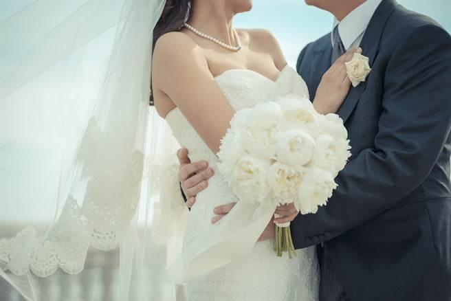 越南一名27歲人夫透過網路交友,愛上47歲的女網友,為了將她娶回家,竟選擇和22歲的妻子離婚。(示意圖/達志影像)
