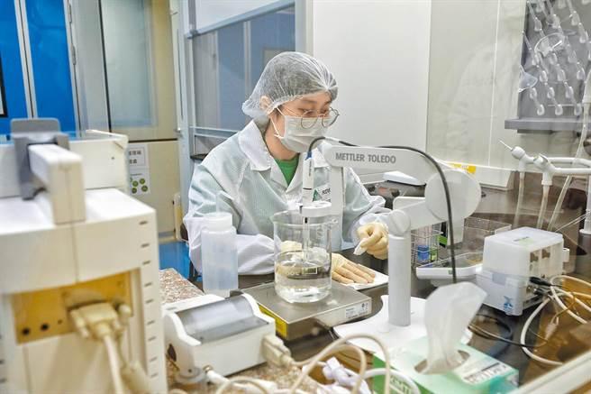 對自家疫苗有信心,高端樂觀看待EUA審核,圖為高端疫苗生物製劑公司實驗室的情形。(圖/總統府提供)