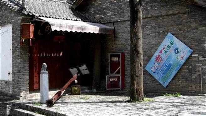 正在進行拆除的白鹿原民俗文化村,多數店鋪已經關門。(摘自新華社)
