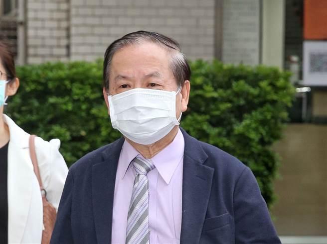 好心肝診所負責人、肝基會董事長許金川,10日下午6點進入台北市調查處。(王英豪攝)